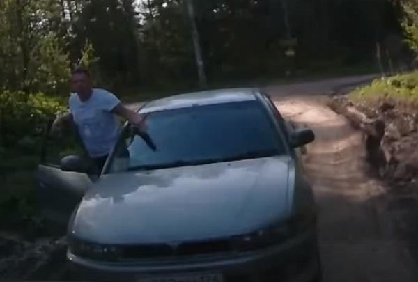 «Вылези из машины. Я тебя уроню»: психопат со стволом устроил разборки на дачной дороге