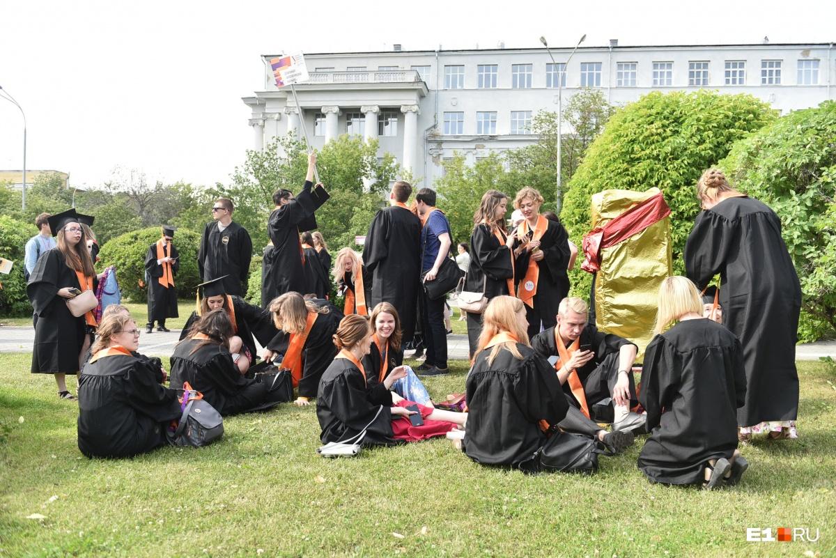В ожидании дипломов выпускники нежились на солнышке