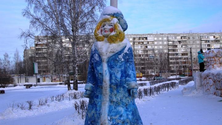 Свинки, ошпаренные Дед Мороз со Снегурочкой и Кремль: смотрим на снежные фигуры в омских дворах