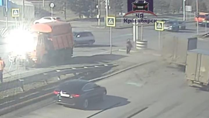 Грузовик уходил от столкновения на перекрестке и вытолкнул авто на переход. Пешеход успел увернуться
