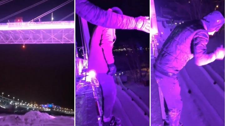 «Просто гуляли»: 20-летний тюменец с другом спрыгнул с моста Влюбленных для видео в Instagram