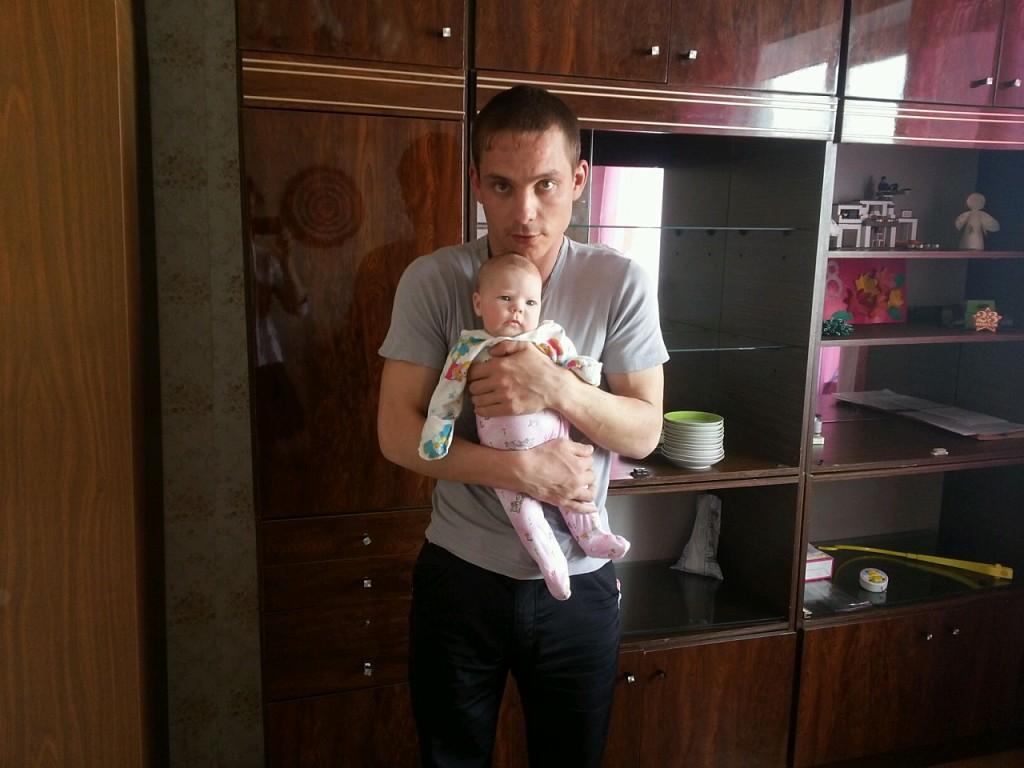 Иван с дочкой. Он говорит, что никогда не забывал о ней. Но как сейчас разлучать ребенка с другими родными людьми?