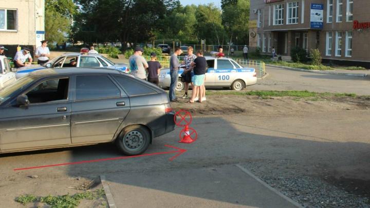 На тротуаре в Заозёрном сбили двух подростков
