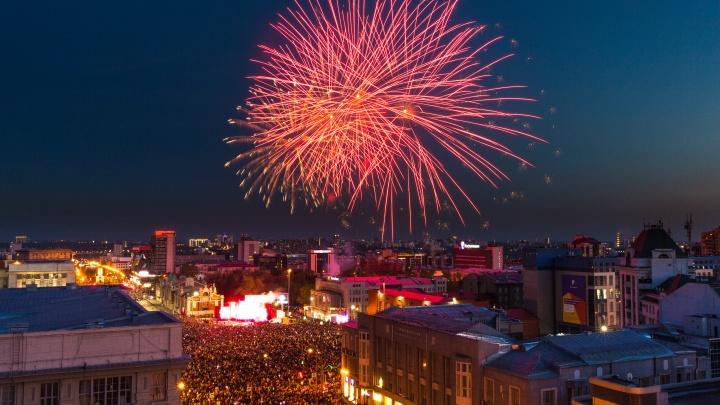 Небо в цветах: лучшие фото салюта в честь Дня Победы
