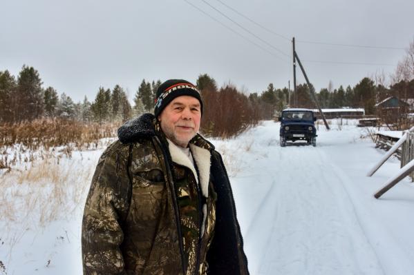 Сейчас Иван Викторович Лебедев — единственный человек, которого можно встретить на дороге в Морозилке. Его сосед уехал на лечение в Архангельск