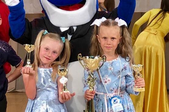 Девочкам по семь лет. На фото слева Лиля Переверзина, справа— Вероника Павелко