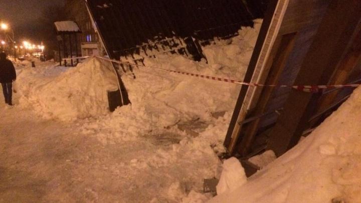 В Тольятти рухнул козырёк подъезда жилого дома