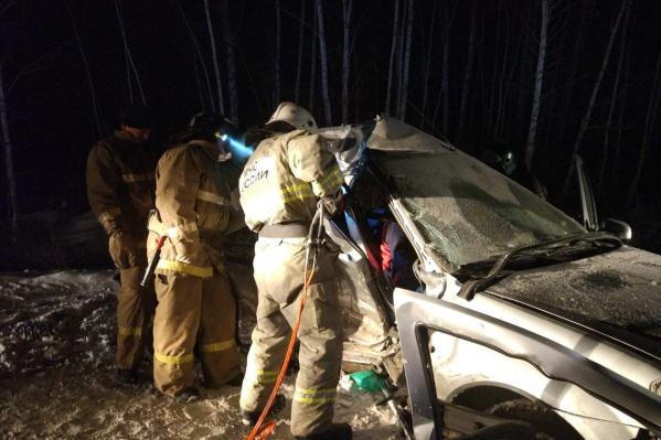 Тело погибшего пассажира доставали спасатели