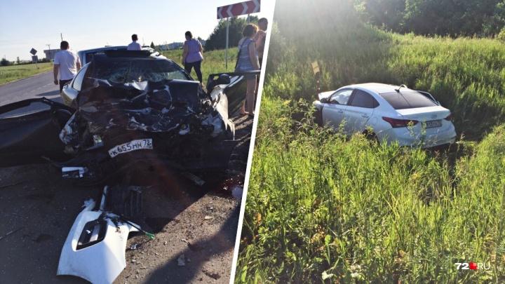 Четыре человека пострадали в аварии под Тюменью, где всмятку разбились две иномарки