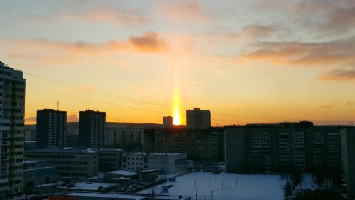 И на радугу похоже: екатеринбуржцы засняли солнце в виде свечи