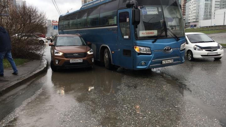 Междугородный автобус с пассажирами попал в ДТП в центре Новосибирска