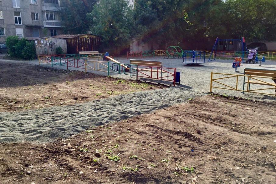 В одном из дворов установили новую детскую площадку, но забыли проложить к ней асфальтированную дорожку