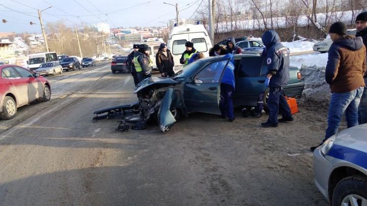 Автомобиль выбросило на встречку на Волочаевской: два человека пострадали