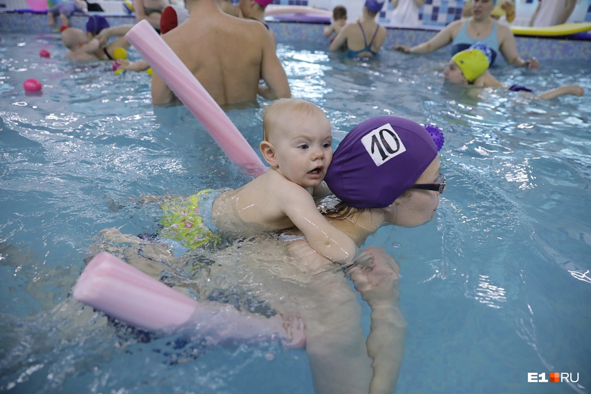 Мамы также активно участвовали в заплывах