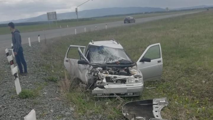 Машина — в утиль, люди — в больнице: в Башкирии лоб в лоб столкнулись ВАЗ-2111 и «Нива»