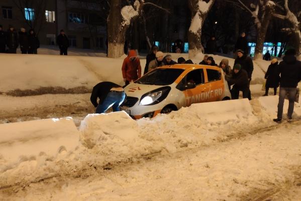Малолитражку вызволяли из снежного плена целой толпой