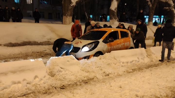 Доставщик роллов парализовал движение трамваев на улице Ново-Садовой