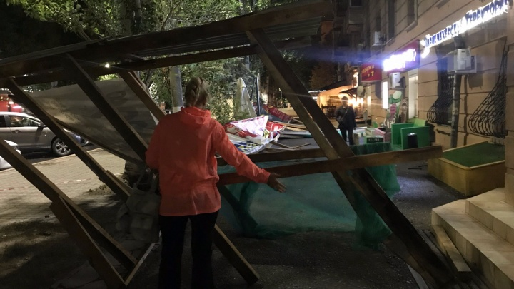 Сильный ветер повалил деревянные ограждения в центре города