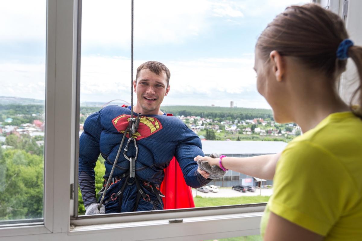 Дети здоровались с альпинистами-героями ещё до того, как они полностью оказывались на балконе отделения. Фото Ольги Бурлаковой