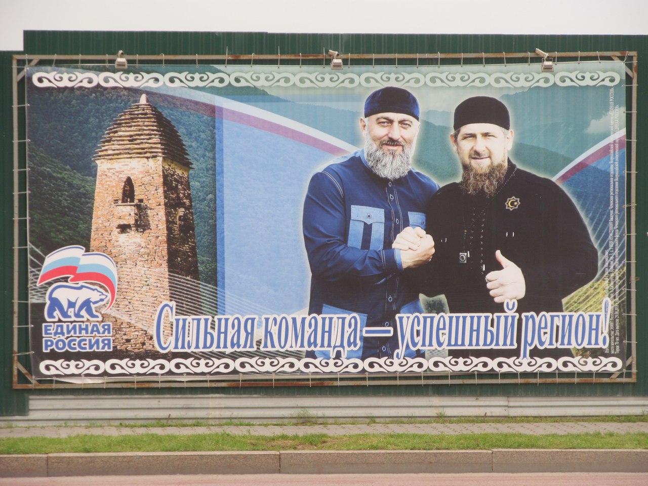 Подобные плакаты красуются повсюду. Местные уверены, что так и должно быть