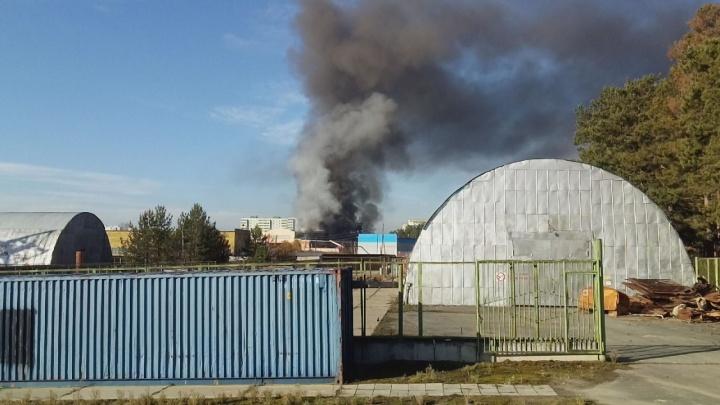 В Сысерти спасатели эвакуировали людей из здания электродепо из-за сильного пожара