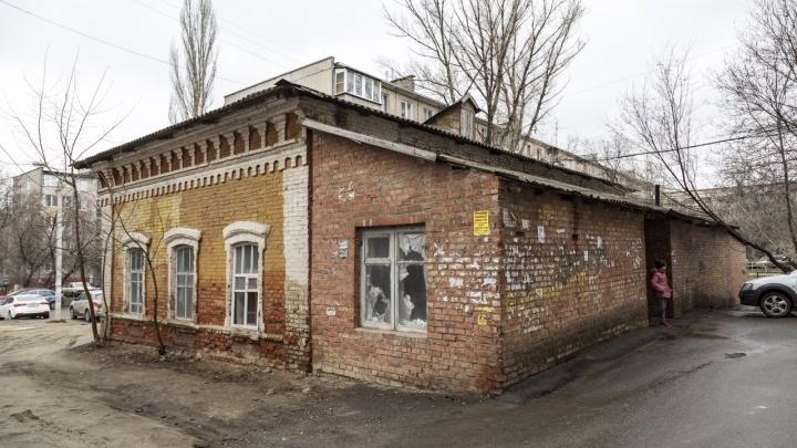 «Ничего не можем сделать»: в Волгограде разбирают дом-памятник у ТЮЗа