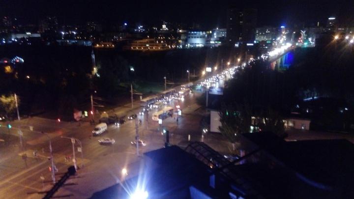 «Астраханский мост встал»: военный КАМАЗ на жёсткой сцепке врезался в знак, машину и микроавтобус