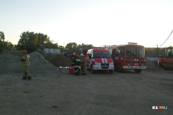 На месте развернули штаб пожаротушения