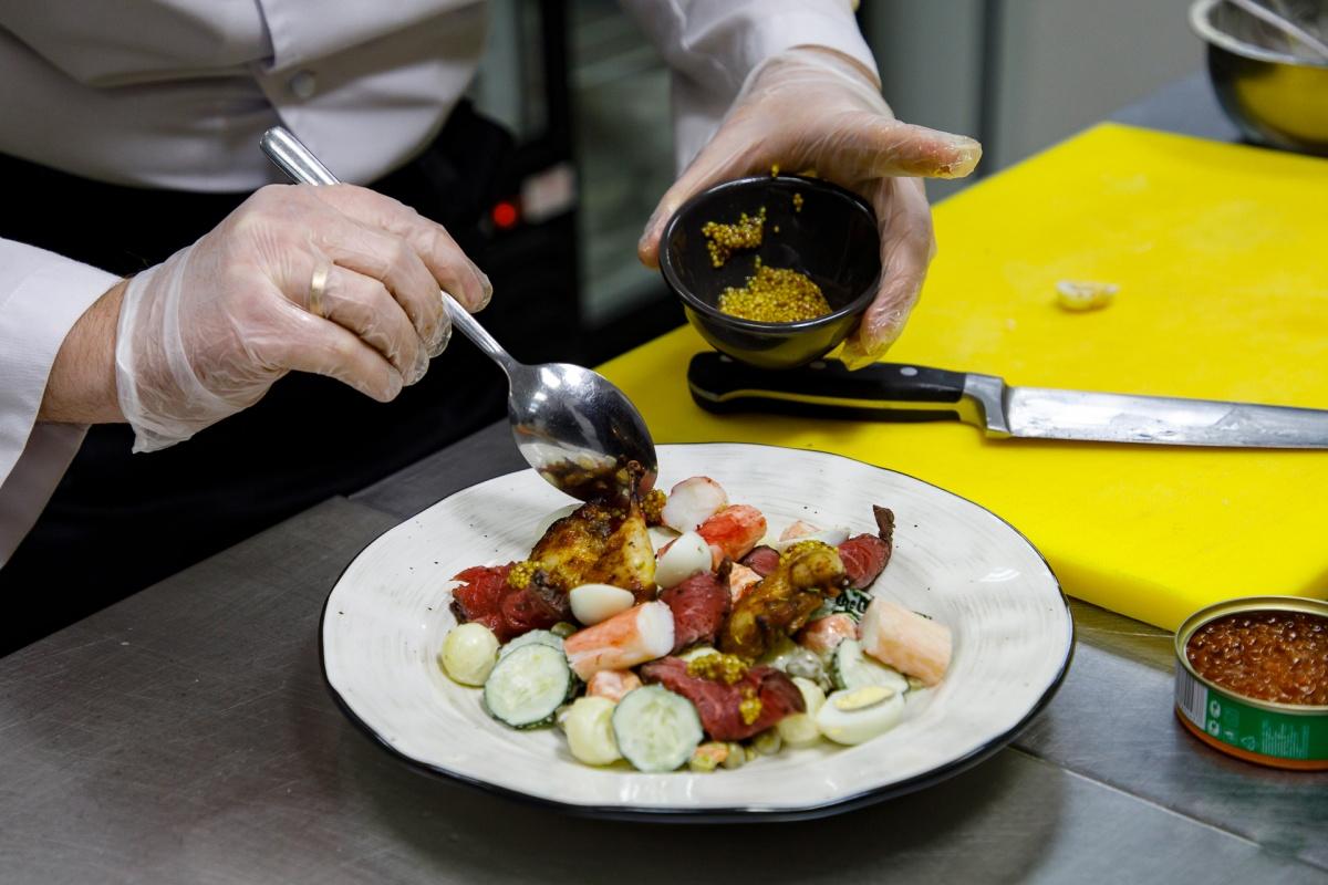 Перепёлки под красной икрой: готовим оливье по рецепту столетней давности