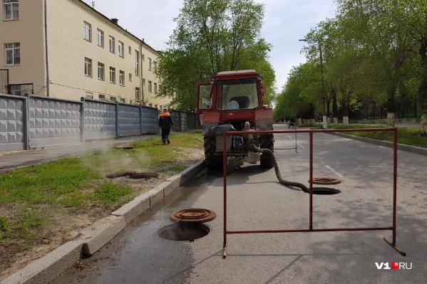 Коммунальщики откачивают воду