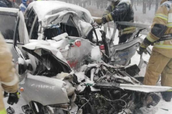 Все люди, находившиеся в легковой машине, погибли на месте аварии