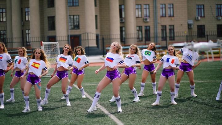 «Мы умирали от холода»: новосибирские танцовщицы сняли на стадионе клип к ЧМ по футболу