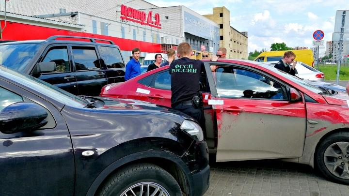 Ярославцы перекрыли машину приятеля, чтобы её не забрали приставы