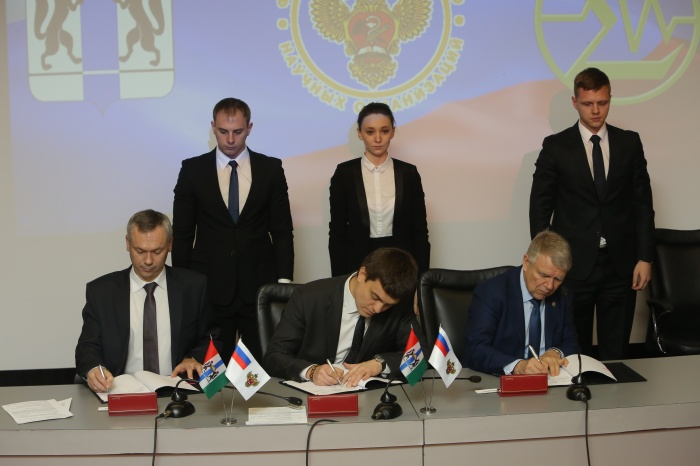 Слева направо: Андрей Травников,Михаил Котюков и Валентин Пармон за подписанием соглашения