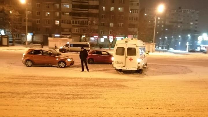 Сугробы на дорогах и дворники-добровольцы: Челябинск пережил сильный снегопад