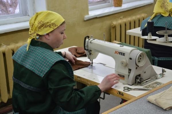 Швеи с образованием работают в колониях и шьют спецодежду и постельное бельё