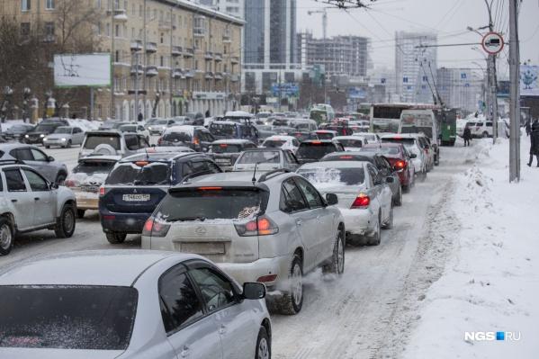 По Новосибирску растянулись гигантские пробки