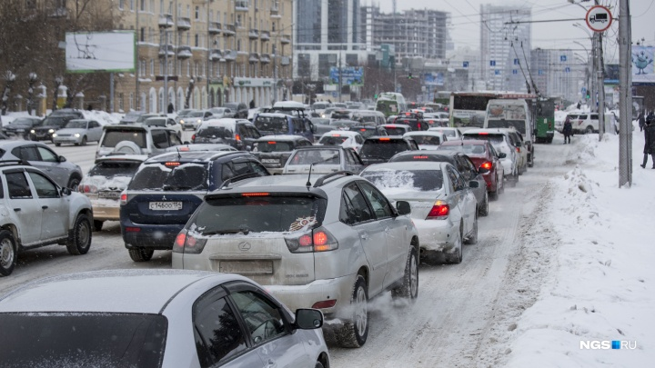 «Тут, пожалуй, и останусь жить»: новосибирцы застряли в гигантских пробках в преддверии Нового года