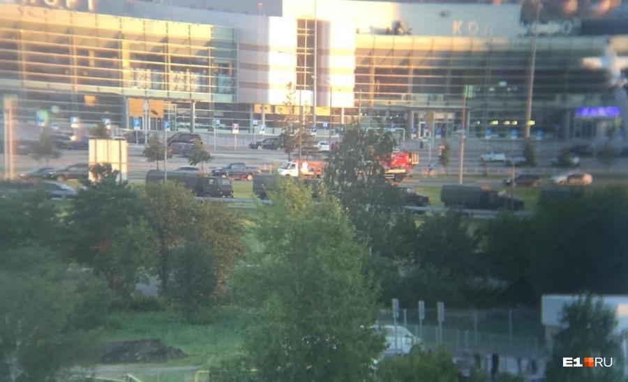 Машины силовиков стояли у аэропорта