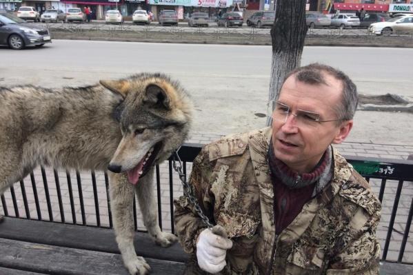 Сергей Панасенко часто выгуливает своего питомца в центре Челябинска