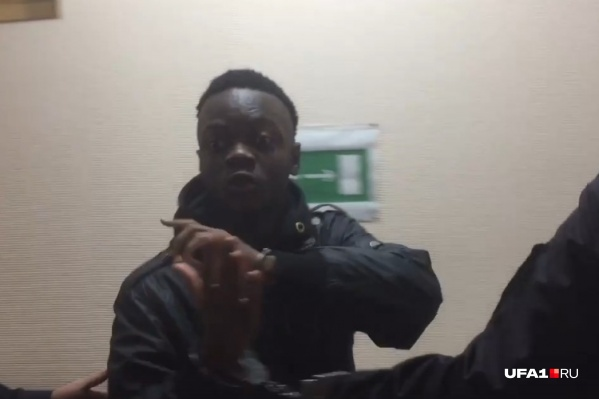Нигериец выглядел бодро и твердил, что он должен быть на свободе