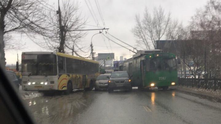 ДТП на «Речном вокзале» привело к коллапсу на Коммунальном мосту