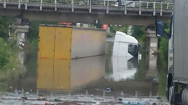 «Тонут даже фуры»: в челябинской промзоне затопило дорогу к предприятиям