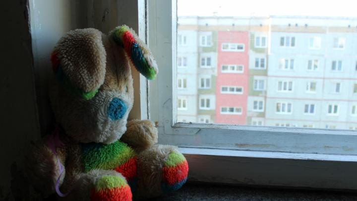 Шестилетняя девочка выпала из окна пятого этажа, пока наблюдала за грозой