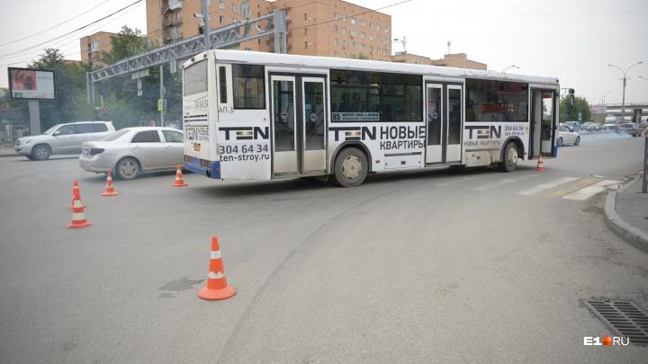 Мужчина, которого сбил автобус на «Токарей», скончался в больнице