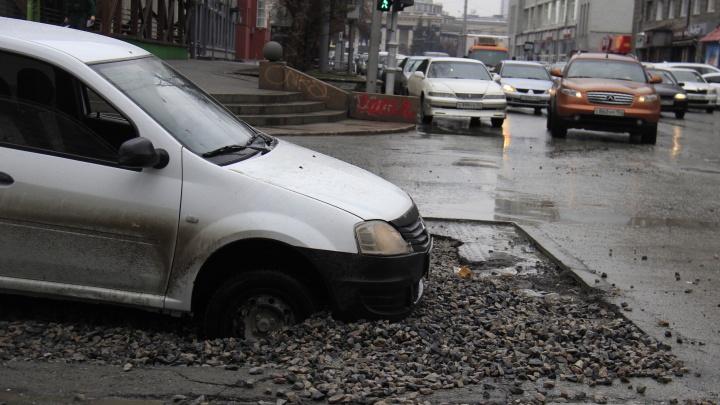 «Рено» увяз в яме на перекрёстке в самом центре Новосибирска — вытаскивали тросом
