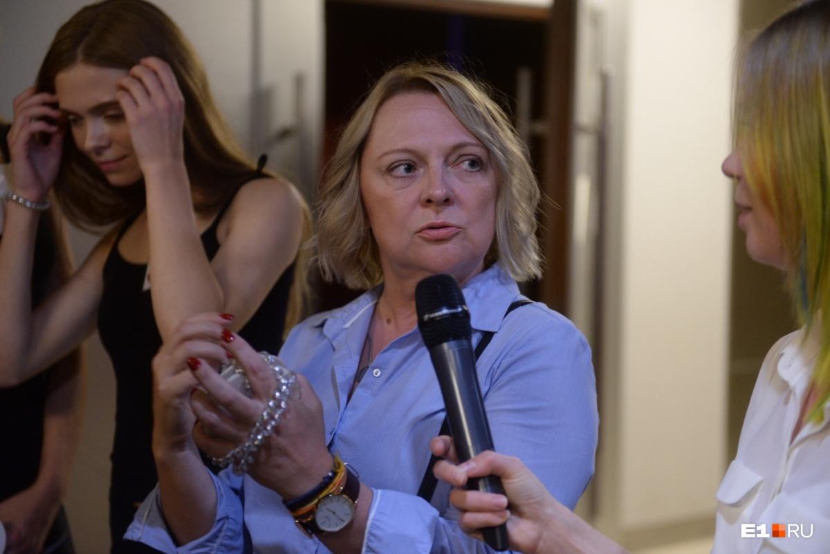 Директор конкурса Светлана Петракова проводит «разбор полётов» после проходки на сцене