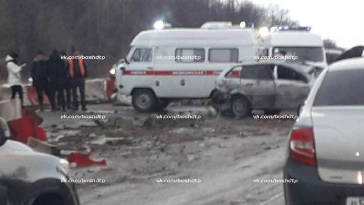 На трассе под Уфой произошло серьезное ДТП: иномарку занесло на разбитой дороге
