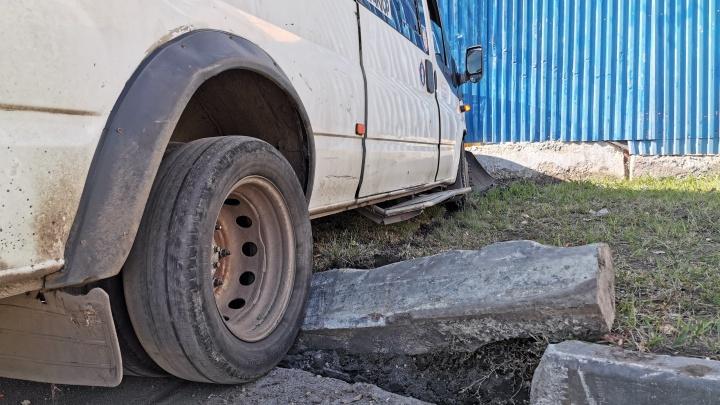 Пассажиров маршрутки, врезавшейся в ограждение в центре Челябинска, отпустили из больниц