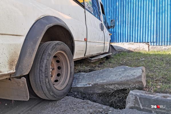 Маршрутка врезалась в ограждение законсервированной станции метро на Комсомольской площади